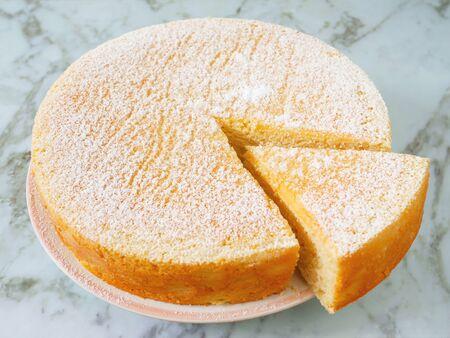 Torta allo yogurt fatta in casa con zucchero a velo. Avvicinamento. Archivio Fotografico