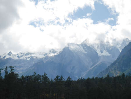 Snow covered mountain peaks at Jade Dragon Snow Mountain. 免版税图像