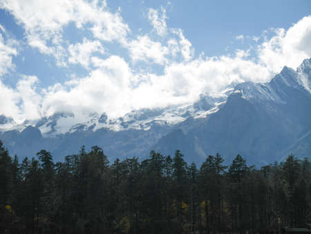 Snow covered mountain peaks at Jade Dragon Snow Mountain. Snow mountain landscape. 免版税图像