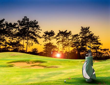 spielen: Golfausrüstung auf Grün und Loch als Hintergrund. Vintage-Ton