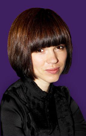 lussureggiante: Ritratto di bella giovane donna con capelli sani rigogliosa su uno sfondo di magenta Archivio Fotografico