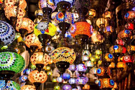 Schöne traditionelle Lichtlampe mit unscharfem Hintergrund - Aufnahme vom Dubai Spice Souk