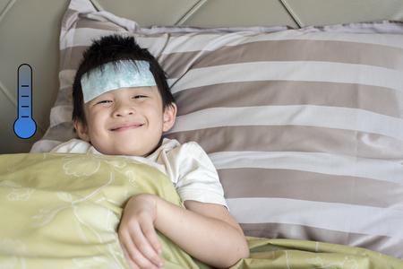 Un niño asiático se recupera de la fiebre