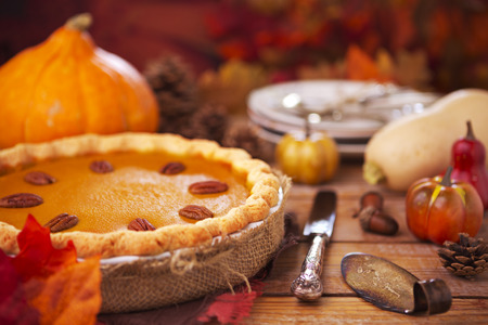 calabaza: Pastel de calabaza hecha en casa en una mesa rústica con decoraciones de otoño.