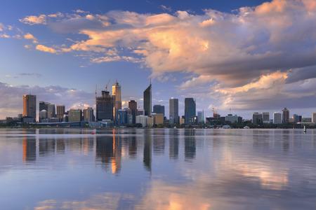El horizonte de Perth, Australia occidental al atardecer. Fotografiado desde el otro lado del río Swan.