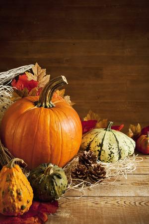 A l'automne rustique encore la vie avec des citrouilles et un Jack O'Lantern sur une table en bois.