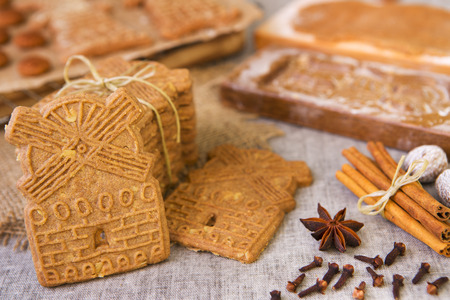 Traditional Dutch 'speculaas' (spiced shortcrust cookies). With authentic wooden cookie cutters especially made for these cookies in the background. Stok Fotoğraf - 43583130