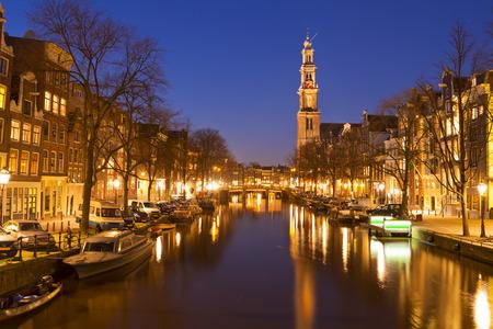 밤에 암스테르담에서 Prinsengracht 운하를 따라 베스 테르 케 르크 서양 교회입니다.
