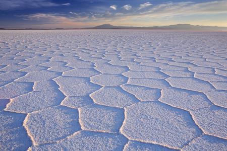 sal: Más plana del mundo sal, Salar de Uyuni en Bolivia, fotografiado al amanecer.