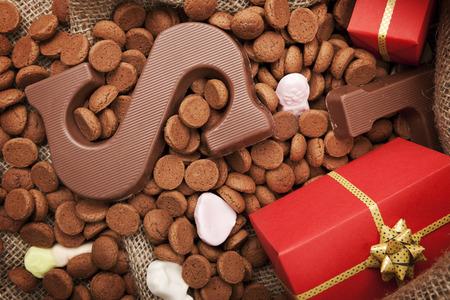 'De zak van Sinterklaas »(de la sac rempli de Saint-Nicolas)' Pepernoten ', une lettre de chocolat et de bonbons. Tout cela fait partie de la fête traditionnelle néerlandaise «Sinterklaas». Banque d'images - 43582919