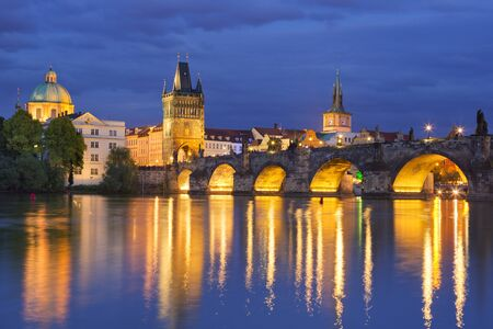 praha: The Charles Bridge over the Vltava River in Prague, Czech Republic, photographed at night.
