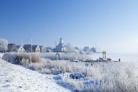 Het mooie dorp Durgerdam in Nederland langs de Marker Lake Marken. Gefotografeerd in de ochtend na een van de koudste nachten opgenomen in de geschiedenis van Nederland bij een temperatuur van -20 ° C.