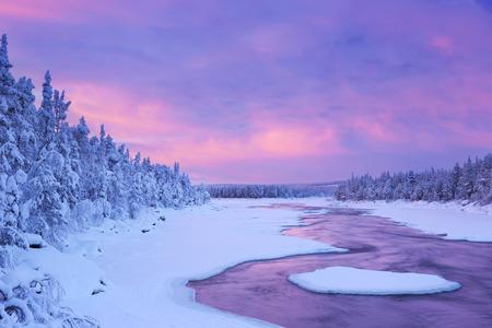冬景色の川で高速。フィンランドのラップランドの Muonionjoki の川の ijkoski 急流の日の出撮影。
