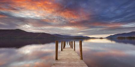 jezior: Zalane molo w Derwent Water, Lake District, Anglia. Sfotografowany na zachód słońca.
