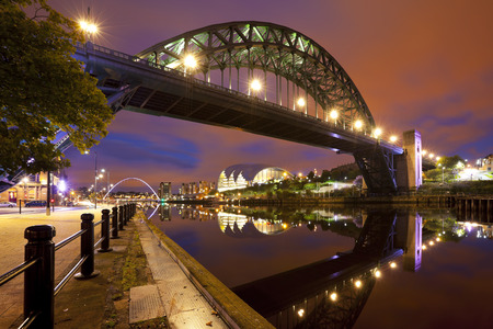 The Tyne Bridge over the river Tyne in Newcastle, England at night. 스톡 콘텐츠