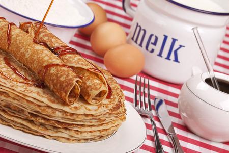 A stack of Dutch 'pannenkoeken met stroop' or pancakes with syrup. Foto de archivo