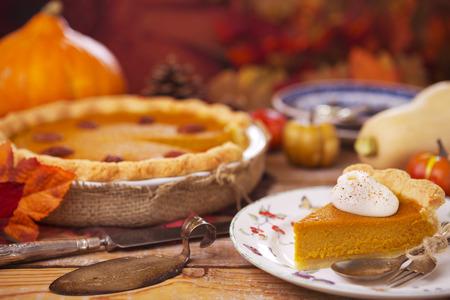 Homemade tarte à la citrouille sur une table rustique avec des décorations d'automne.