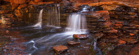 Una pequeña cascada en el Hancock Gorge en el Parque Nacional Karijini, Australia Occidental.