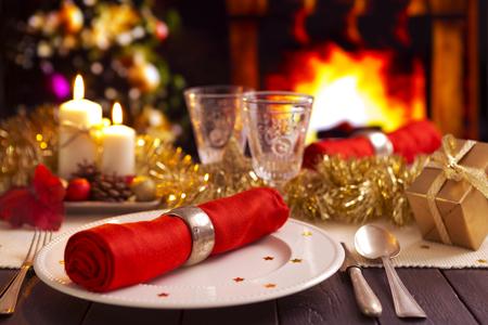 cena navideña: Un entorno romántico mesa de la cena de Navidad con velas y decoraciones de Navidad.