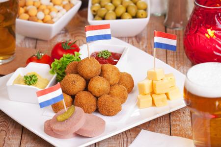 'Bittergarnituur' - des snacks frits néerlandais, généralement dégustés en fin d'après-midi avec quelques verres, en compagnie d'amis. Banque d'images