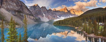 Hermoso lago Moraine en el Parque Nacional Banff, Canadá. Fotografiado al amanecer.