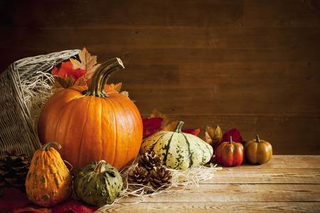 dynia: Tamtejsze jesień martwa natura z dyni i kosz na drewnianym stole.