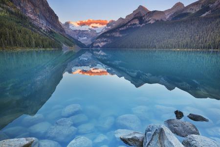 Mooi Lake Louise in Banff National Park, Canada. Gefotografeerd bij zonsopgang.
