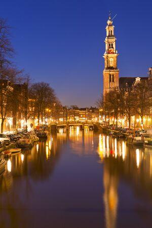 西教ウエスタン アムステルダムの夜のプリンセン運河沿い。