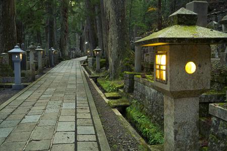 japon: Un chemin à travers l'ancien cimetière bouddhiste Okunoin dans Koyasan, Japon.