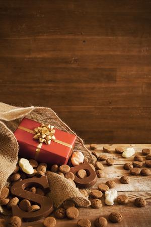 'De zak van Sinterklaas' (St. Nicholas 'zak) gevuld met pepernoten, een brief van chocolade en snoep. Allemaal deel uit van de traditionele Nederlandse vakantie 'Sinterklaas'. Stockfoto