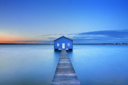 landschap: Zonsopgang boven de Matilda Bay boothuis in de Swan River in Perth, West-Australië.