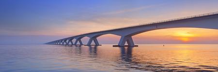 Le Zeeland Zeeland Pont Bridge dans la province néerlandaise de Zélande, photographié au lever du soleil. Au moment de la construction dans les années 60 le pont Zeeland était le plus long pont en Europe. Ces jours, il est encore le plus long pont aux Pays-Bas. Banque d'images