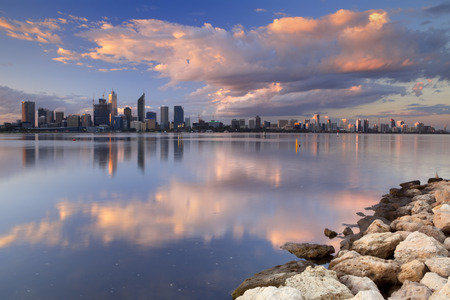 La ligne d'horizon de Perth, en Australie occidentale au coucher du soleil. Photographié à travers la rivière Swan.
