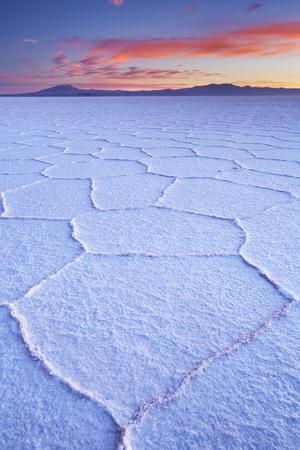 世界の最も大きい塩フラット、ボリビアのウユニは、日の出撮影。