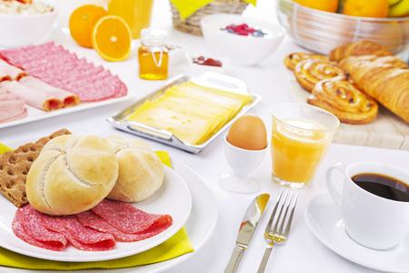 colazione: Un grande buffet colazione continentale su un tavolo illuminato. Archivio Fotografico