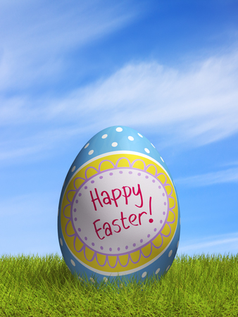 huevo de Pascua adornado tumbado en el césped. Foto de archivo