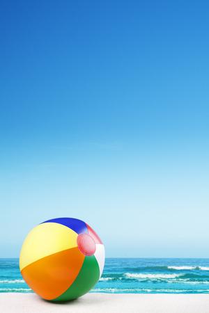 Una pelota de playa en una hermosa playa de arena blanca en verano.