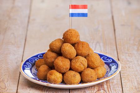 'Bittergarnituur - Nederlandse gefrituurde snacks, meestal genoten aan het eind van de middag met een paar drankjes, in gezelschap van vrienden. Stockfoto