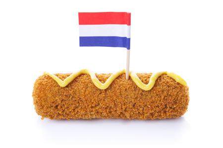 Een Nederlandse kroket ( 'kroket') met mosterd en een Nederlandse vlag, geïsoleerd op wit.
