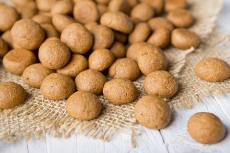 Homemade 'pepernoten' of 'kruidnoten', een Nederlandse lekkernij voor Nederlandse vakantie 'Sinterklaas'. Stockfoto