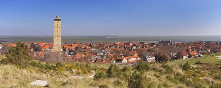 West-Terschelling dorp met de Brandaris op het eiland Terschelling in Nederland op een heldere en zonnige dag. Stockfoto