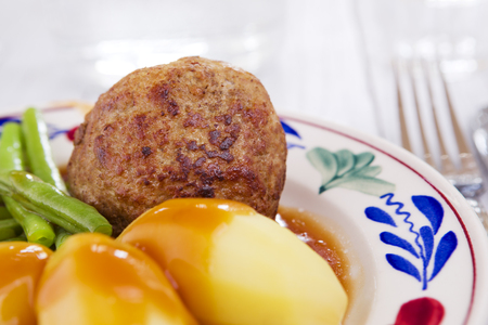 A plate with potatoes, meat and vegetables; a typical Dutch meal at dinnertime. 免版税图像 - 81864628