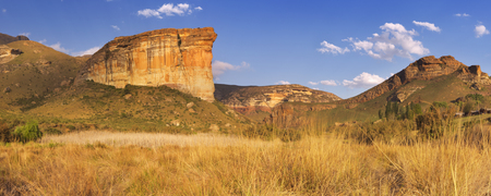 Brandwag バットレス、ゴールデン ゲート ハイランズ国立公園、南アフリカ共和国の。遅い午後の日差しで撮影。