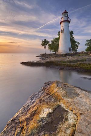 米国オハイオ州エリー湖の端にあるマーブルヘッド灯台。日の出時に撮影。 写真素材 - 92725102