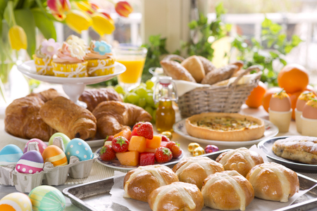 Table de petit-déjeuner ou de brunch remplie de toutes sortes de délicatesses préparées pour le repas de Pâques. Banque d'images