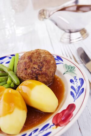 A plate with potatoes, meat and vegetables; a typical Dutch meal at dinnertime. 免版税图像 - 135125242