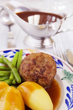 A plate with potatoes, meat and vegetables; a typical Dutch meal at dinnertime. 免版税图像 - 137303269