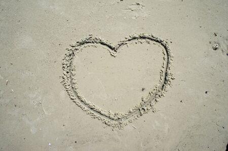 honeymooners: Coraz�n dibujado en la arena de la playa.