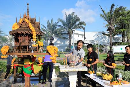 sacerdote: Rayong Tailandia, 21 de Octubre - 2016: La gente tailandesa de respetar el espíritu para orar por buena suerte en Tailandia Rayong. Editorial