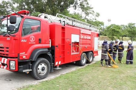 evacuacion: Rayong Tailandia, December 06 - 2016: camioneta roja tailandesa del fuego para la protección contra incendios de urgencia en la ciudad en Rayong Tailandia
